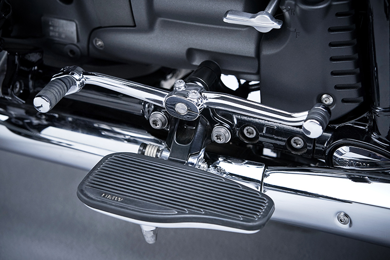 BMW touring model new R 18 classic cruiser floorboards