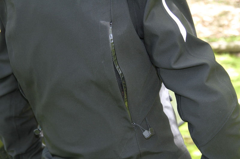 Clothing Review BMW TourShell Jacket back vent