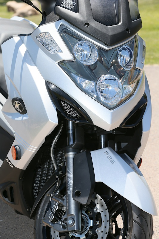 Scooter Review Kymco MyRoad 700i headlights