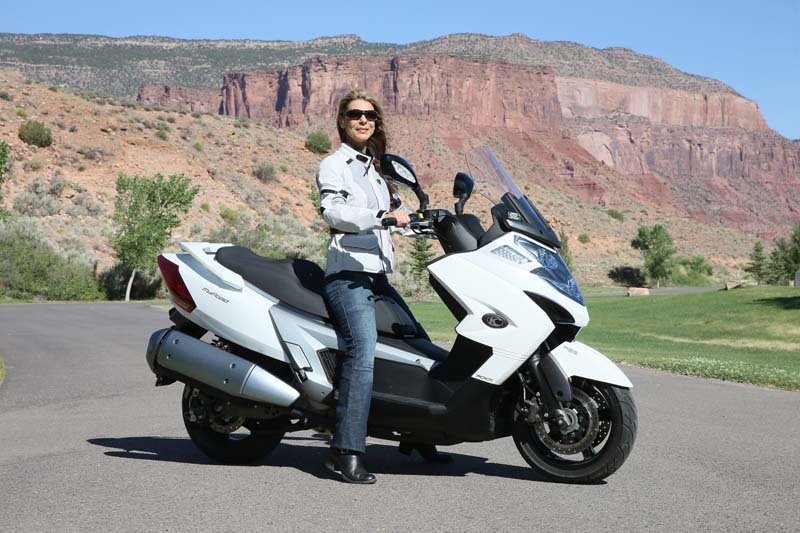 Scooter Review Kymco MyRoad 700i woman seated